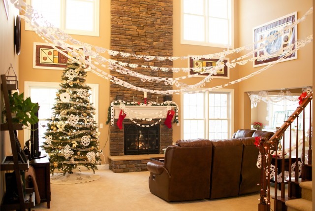 winter-wonderland-snowflake-garland-great-room